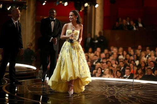 Alicia Vikander bar en klänning från Louis Vuitton när hon tog emot sin Oscar för Bästa kvinnliga biroll 2016.