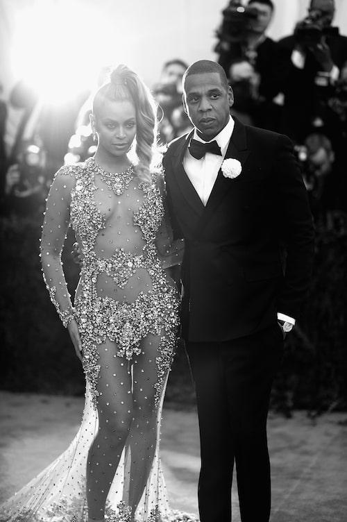 Beyoncé i Givenchy, med maken Jay Z, på Met-galan 2015.