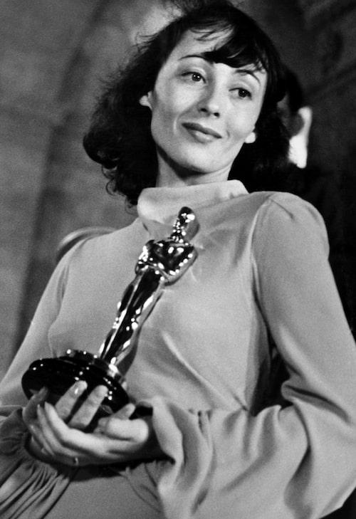 Luise Rainer, i nattlinne, på Oscarsgalan 1938.