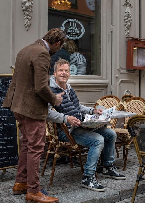 Sören Johansson, sittande, tar gärna en drink eller en kaffe i kvarteret när han är hemma, vilket inte blir så många gånger per år.