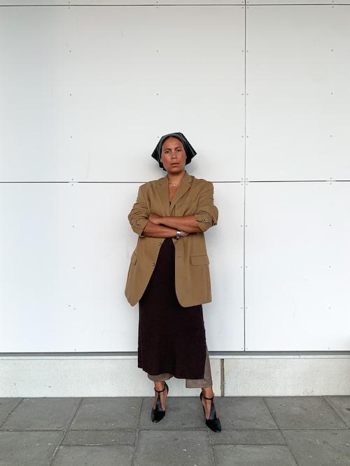 Monika i ett av hennes favoritplagg kavajen. Som hon stylar i lager med stickad klänning och byxor.