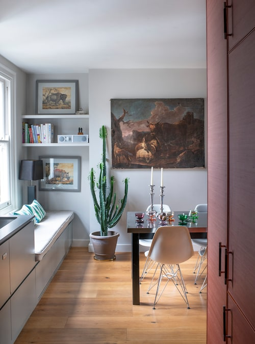 Matbordet och Eamesstolarna köptes i Köpenhamn. Till vänster syns den inbyggda bänken vid fönstret, Alice absoluta favoritplats hemma.