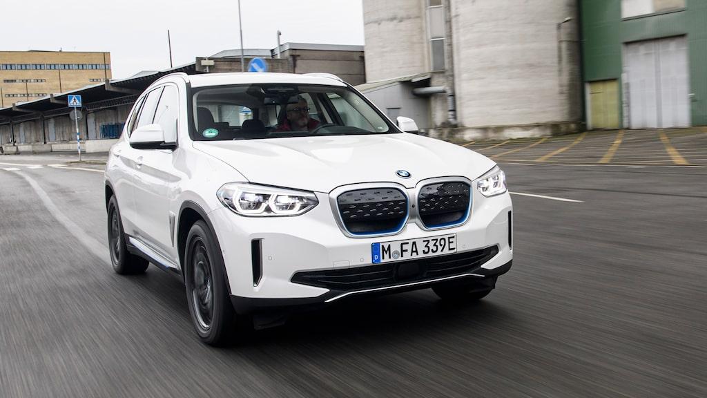 Jämfört med de konceptbilar BMW visat har iX3 en rätt vanlig grill. Det tackar vi för.