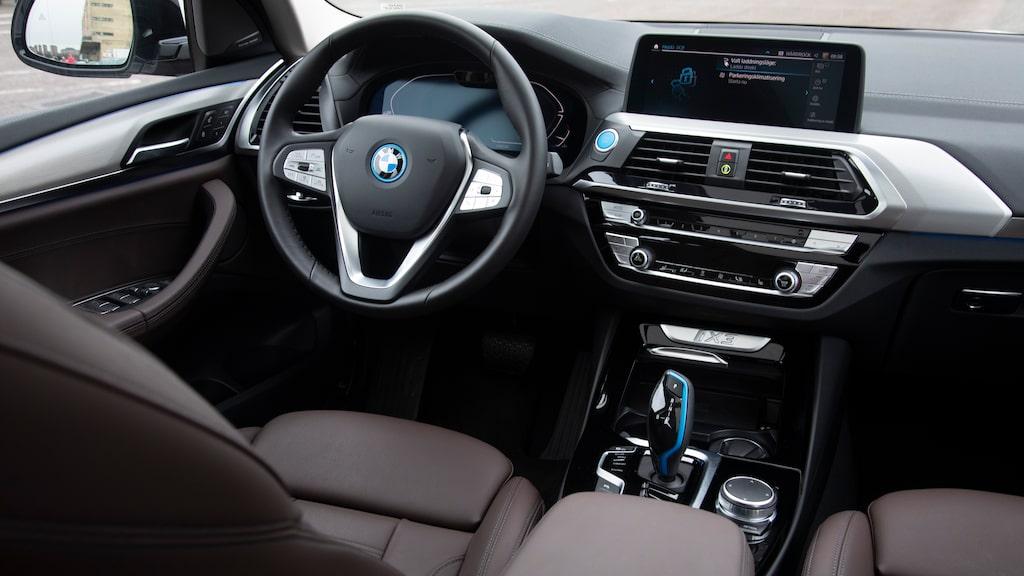 Samma inredning som alla andra. Först i nya iX byter BMW design på skärmarna.