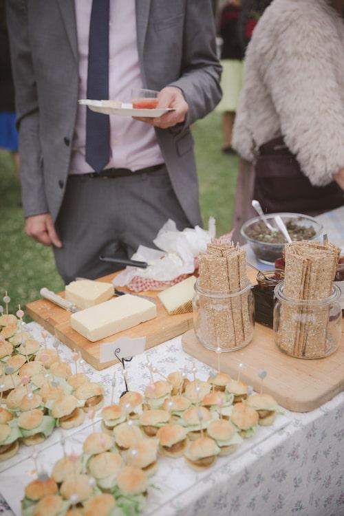En buffé av plockrätter fanns framdukad för hungriga gäster.