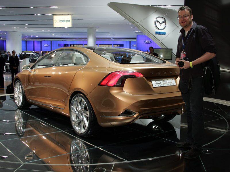 Hans Hedberg tittar närmare på S60 Concept i samband med bilsalongen i Detroit. På den tiden var Volvo Cars fortfarande en del av Ford Motor Company.