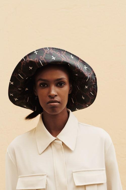 Safarijacka av polyester/elastan, 1 620 kr, Samsoe Samsoe. Hatt av bomull, 799 kr, Samsoe Samsoe.