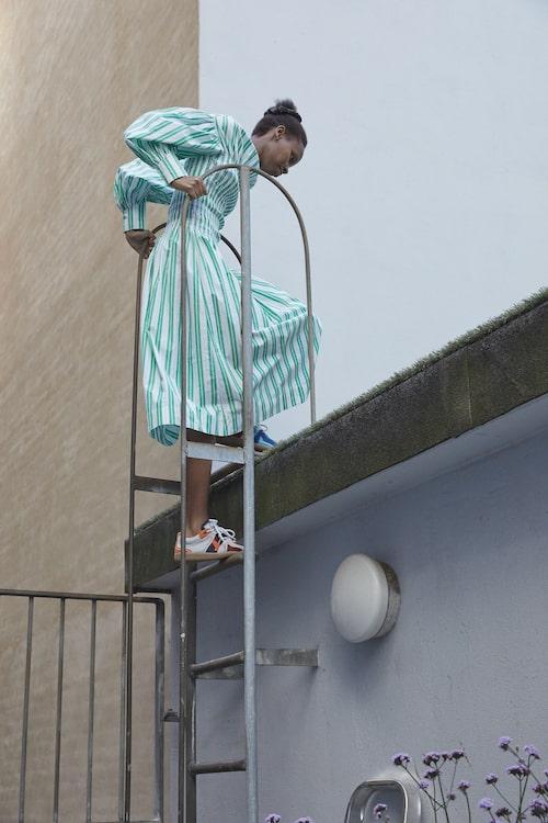 Randig klänning av bomull, 2695 kr, Ganni. Sneakers av läder, 2 795  kr, Ganni.
