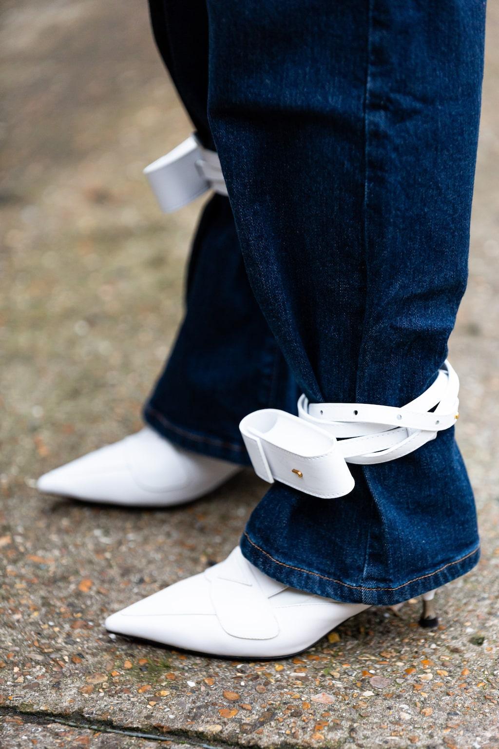 Hett stylingtips: vira en liten väska eller ett skärp runt vristen...