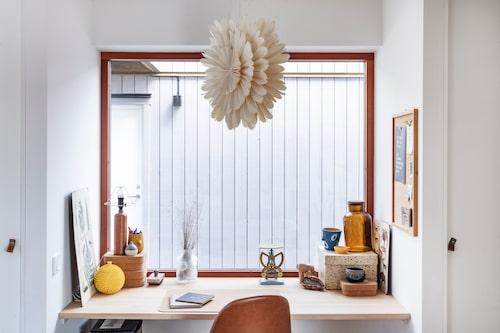 """Vid vardagsrummet finns ett kontorskrypin. Stolen är från Jysk, på skrivbordet står diverse loppisfynd och lådor från Ikea. Lampa från Ellos, """"Det är väl egentligen en julstjärna, men jag tycker den funkar året om."""""""