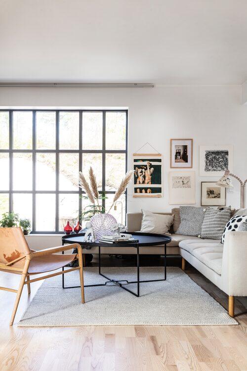 I vardagsrummet vill Ida ha en loungekänsla, det ska vara en avslappnad plats att umgås på. Stolen till vänster är Rama från Ox Denmarq.