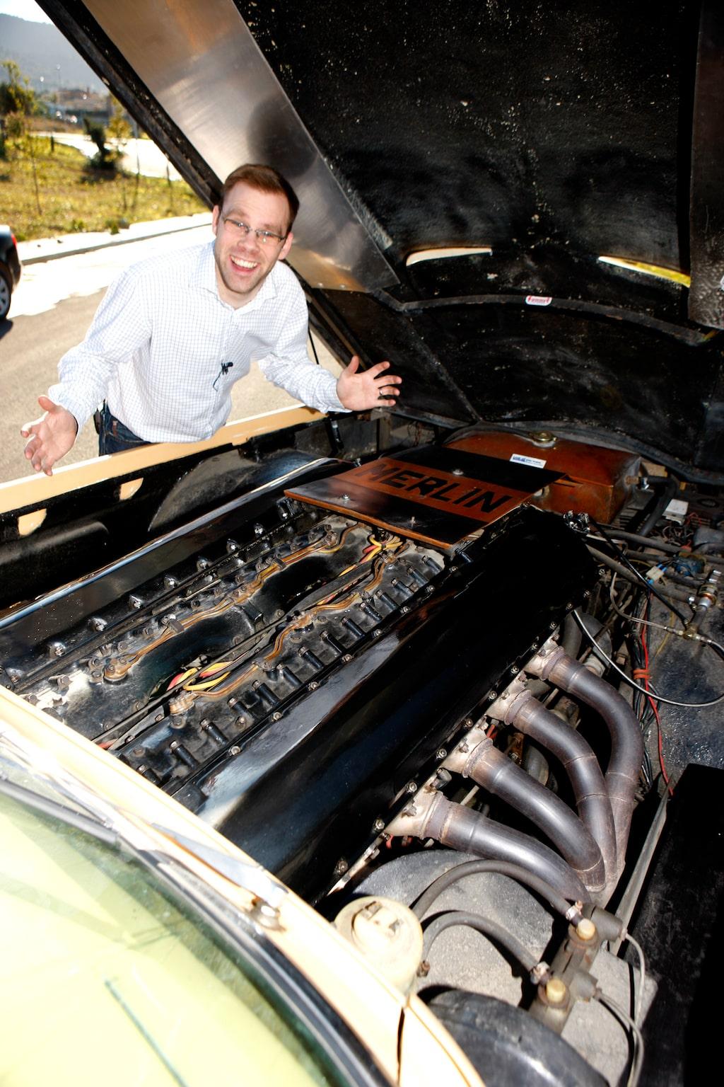 Blotta åsynen av 27-liters V12-motor imponerar på Linus.