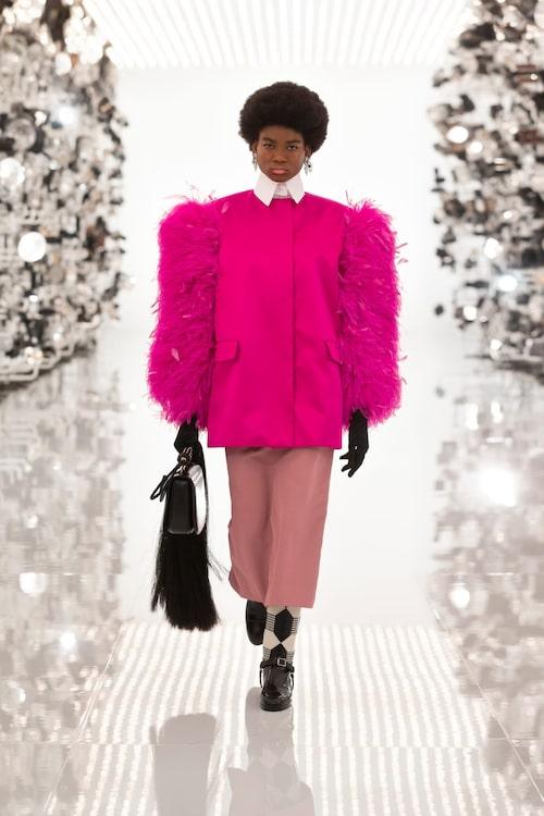 Oversize silhuetter i sann Balenciaga-anda och klarrosa Gucci-färg.