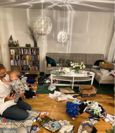 """""""Mitt liv och mitt hem och mitt äktenskap… alltid perfekt."""" Vardagskaos hemma, med maken Jesper och sonen Hamilton."""