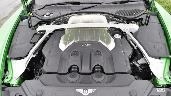 Fyraliters dubbelturbomatad V8-motor är rivig till karaktären. Liknande motor delas med Audi RS 6!