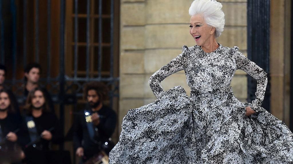 Helen Mirren dansade barfota på L'oréal Paris SS20-visning.