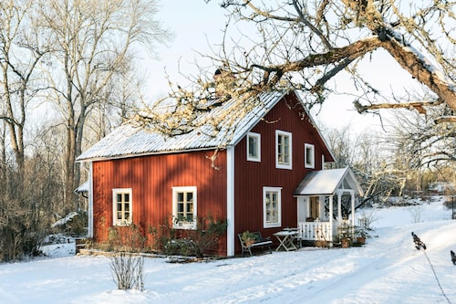 Familjens fina faluröda hus var från början ett litet soldattorp som har byggts ut under årens lopp.