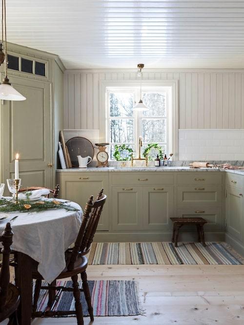 I det fina platsbyggda köket råder fridfull adventsstämning.