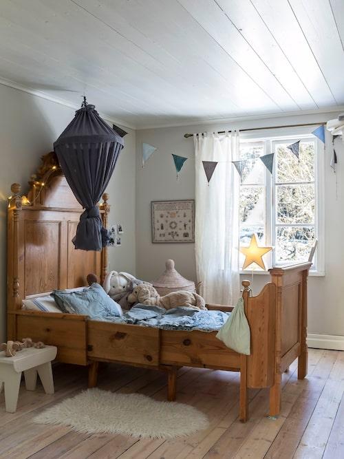 Den antika växasängen i Williams rum köptes långt innan han föddes och väntade  på hans ankomst. Väggarna i hans  rum är målade med äggoljetempera.