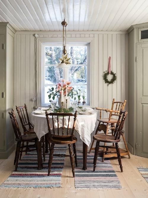 Aprikos är en lite oväntad men vacker julfärg som blivit något av en favorit hos Lisa. Riktigt gamla och patinerade stolar samsas runt det dukade köksbordet.