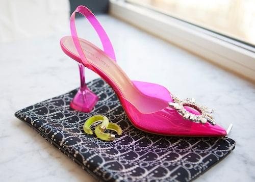 """""""Hoops från Alison Lou, clutch från Dior och sko från Amina Muaddi."""""""
