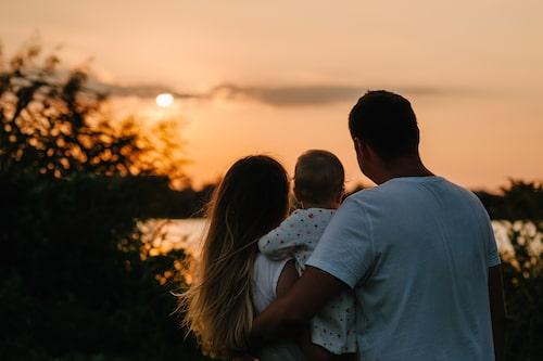 Idag har Josefin bildat familj med Erik, som adopterat hennes dotter och är pappa till lillasyster. (personerna på bild har inget med artikeln att göra)