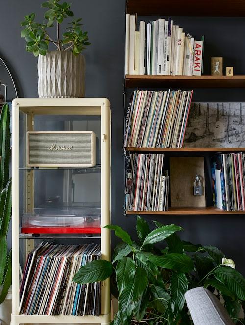 Familjen har stringhyllor i hela lägenheten. Vitrinskåpet från Ikea passar perfekt för skivspelaren och lp-skivorna.
