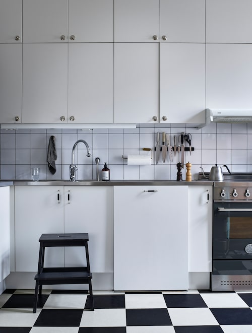"""Köket från Marbodal fanns när familjen flyttade in. """"Vi fyllde på med en skåprad högst upp."""""""