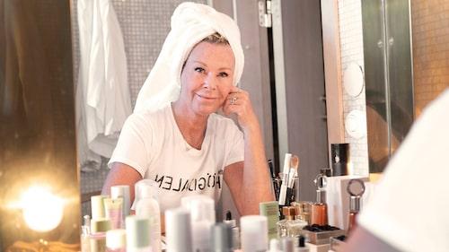 Efva Attling älskar smink och är ambassadör för Lancôme.