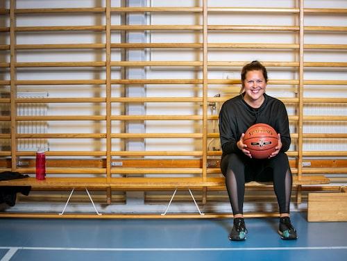 Silvia trivs ännu bättre på basketplanen i vuxen ålder.