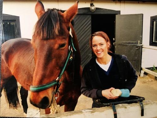 Den 15-åriga Lina med hästen Albin som hon skötte under många år.