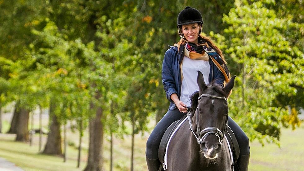 """""""Mycket av min vardagsoro har försvunnit sedan jag började rida igen"""", säger Lina som letat sig tillbaka till hästlivet."""