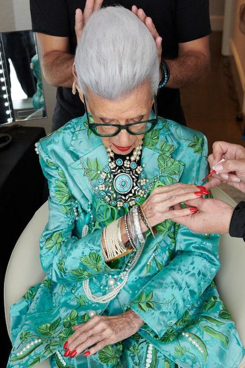 Iris Apfel är känd för sin excentriska stil. I vinter släpper hon en kollektion med H&M.