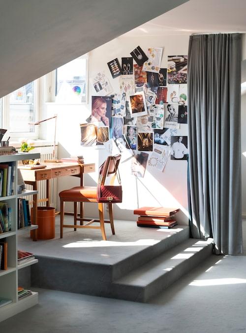 I arbetsrummet skapar och marknadsför Charlotte Ramel sina Ebba Brahekollektioner. Skrivbord och stol, båda Josef Frank för Svenskt tenn.