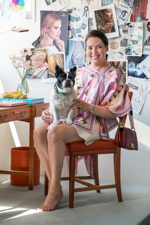 Charlotte med sin franska bulldogg som, självklart, heter Ebba, efter smyckesföretaget och Charlottes anmoder.