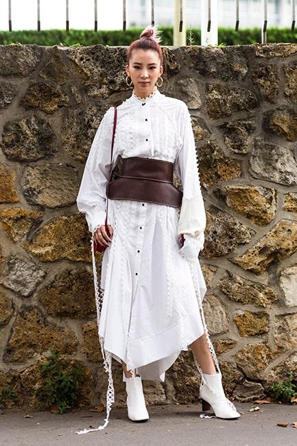 Markerad midja och boots – två attribut som förvandlar en enkel skjortklänning till en genomtänkt look.
