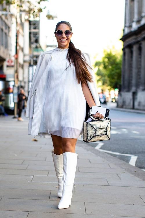 Vitt + vit = sant! En enkel, romantisk vit klänning blir mer intressant med ett par knähöga stövlar.