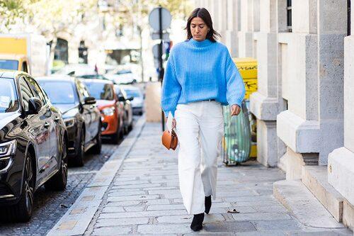 Varför inte bära vita byxor och en färgad stickad tröja till midsommar?