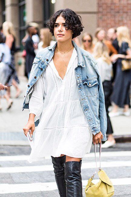 Oversize-jeansjackan och den vita klänningen är snygga ihop. Pluspoäng för att styla looken med stövlar!