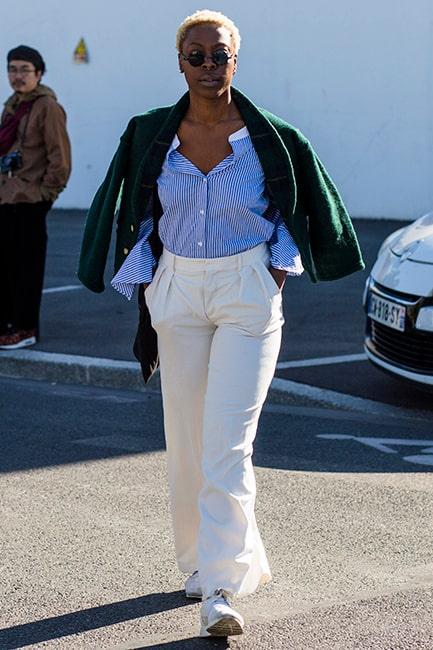 Plocka enkla stilpoäng genom att hasa ner skjortan på axlarna och bär tillsammans med klassiska vita byxor.