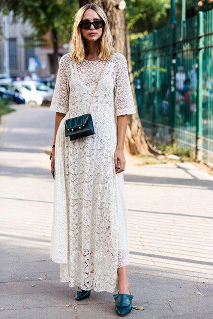 Har du en tjusig spetsklänning behöver du inte mer. Låt håret vara naturligt stylat och toppa med en liten väska för en färdig partylook!