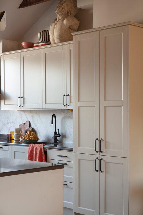Ett praktiskt kök med maxad förvaring var viktigt för Amelia och hennes familj.