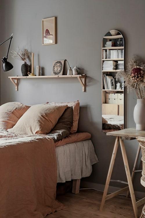 I parets sovrum är sängen bäddad med linnesängkläder från Tine K, Poudre organic och Gai + Lisva. Hyllan är hemgjord, spegeln och lampan vintage.