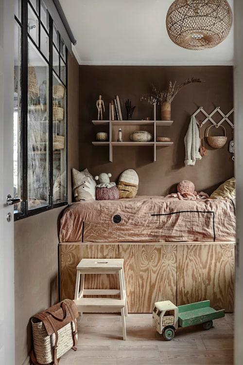 Köket har delats av för att åstadkomma ett barnrum till sonen Sonny Lou. För att få in mer ljus satte man in ett antikt fönster från Byggfabriken, i väggen. Sängen med förvaringsskåp har Anna och Joncha byggt själva, likaså skrivbordet. Samtliga hyllor är från Ikea, vägghängaren kommer från Iris hantverk.