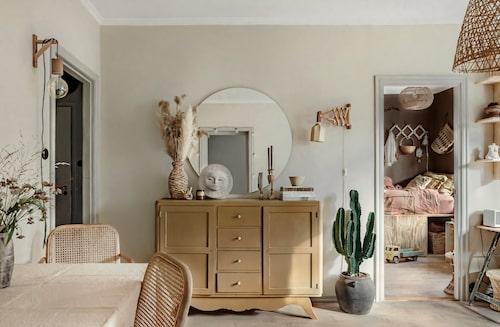 Skåpet hittades på gatan i Paris när familjen bodde där. Solskulptur från Austin productions, köpt på Ebay. Vägglampa, vintage Ikea från 70-talet, flätad vas från Bodil vintage. Den lilla keramikskålen är gjord av Annas mamma, Kerstin Malmberg.