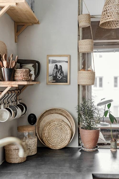 Blandade föremål i trä, korg, kork och keramik sätter en genuin prägel på Ikeaköket. Det svartvita fotot tog Anna i Marfa, Texas, och en hel del av keramiken är gjord av hennes mamma, Kerstin Malmberg.