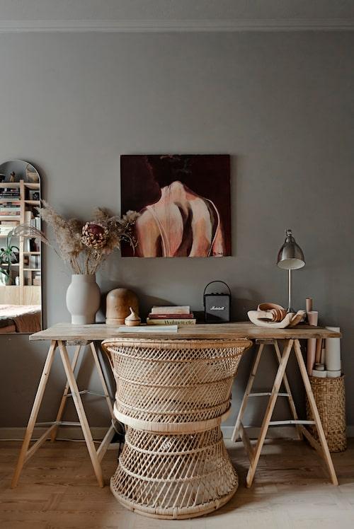 Över arbetsplatsen i sovrummet hänger en målning av Lars Malmberg, Annas pappa. Bordet är ett hemmabygge, korgstolen och trähanden kommer från Bodil vintage.