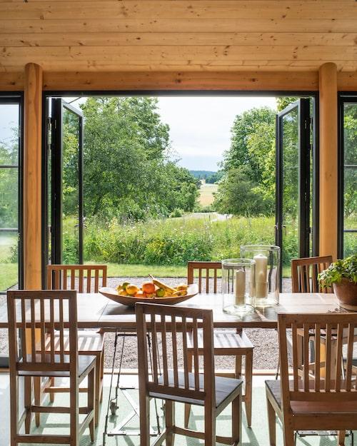 Sitta utomhus eller inomhus? Med generösa fönster- och dörrpartier på vid gavel parerar man den svenska sommarens oberäkneliga väderlek, utan att försaka närheten till naturen.