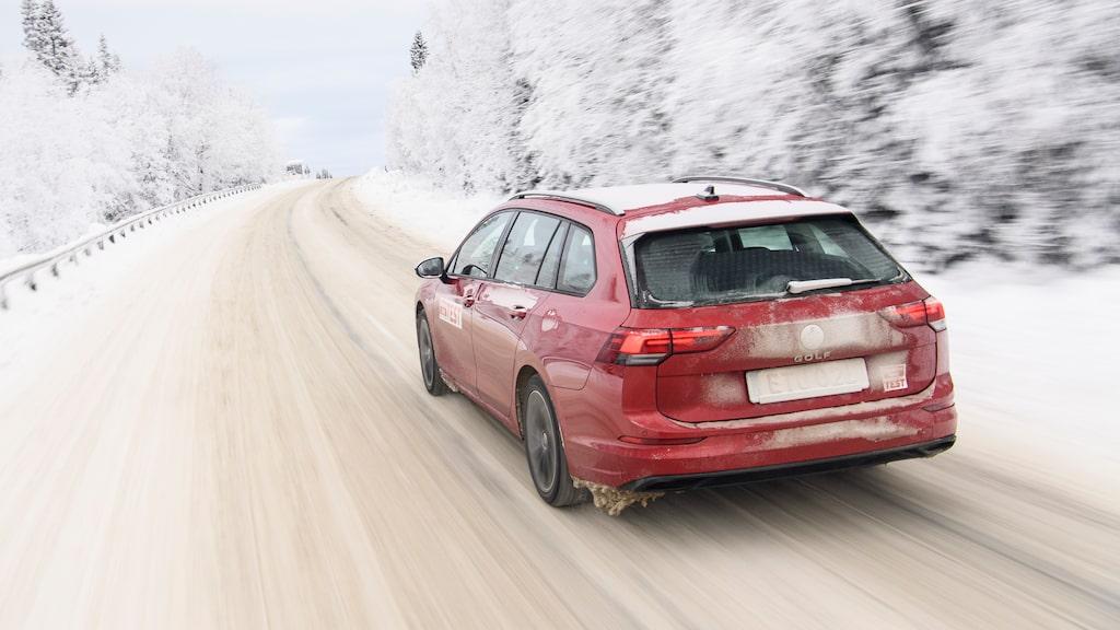 Utrymmesmässigt och även vad gäller komfort framstår VW Golf kombi mer som en Passat.