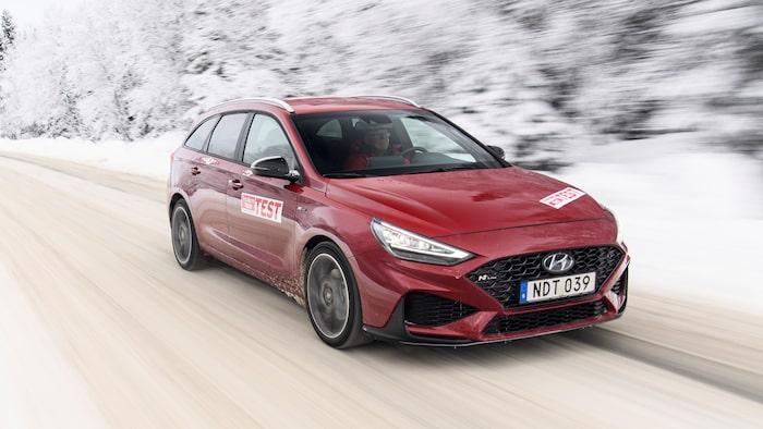 Den ser både snygg och snabb ut, Hyundai i30. Men segare reaktioner gör att skenet bedrar.